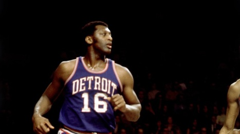 MILWAUKEE - 1972: Bob Lanier #16 of the Detroit Pistons runs against the Milwaukee Bucks during the 1972 season at the MECCA Arena in Milwaukee, Wisconsin. NOTE TO USER: User expressly acknowledges that, by downloading and or using this photograph, User is consenting to the terms and conditions of the Getty Images License agreement. Mandatory Copyright Notice: Copyright 1972 NBAE (Photo by Vernon Biever/NBAE via Getty Images)